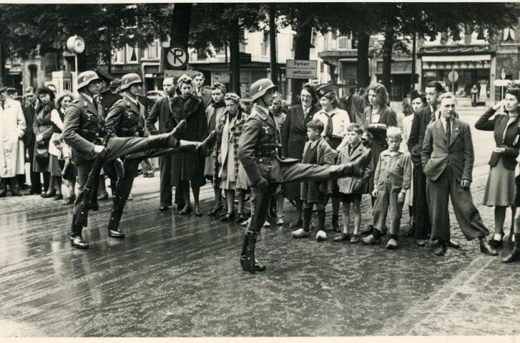 1940-6 5.18241 Duitse militairen marcheren op het Plein 1940LR