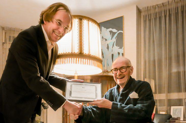 Jan Linssen (links), voorzitter van de stichting Haagse Historie en Erfgoed, overhandigt Jan van Dam de oorkonde behorend bij het erevoorzitterschap van de stichting.
