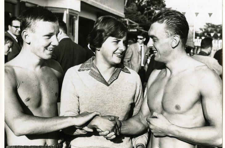 Drie winnaars van de kringkampioenschappen zwemmen in het Zuiderparkbad. Dick Langerhorst, Erica Terpstra en Wieger Mensonides feliciteren elkaar. (Gemeentearchief Den Haag)