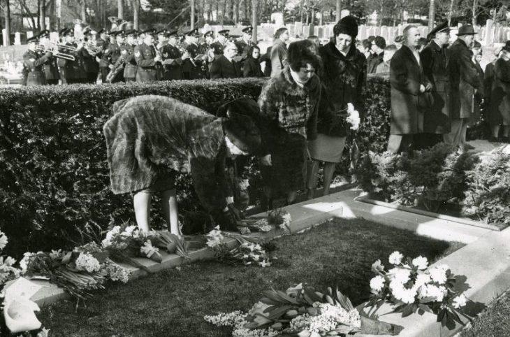 De herdenking in 1965 op de Algemene Begraafplaats aan de Kerkhoflaan is eenvoudig en sober [Foto: Stokvis]