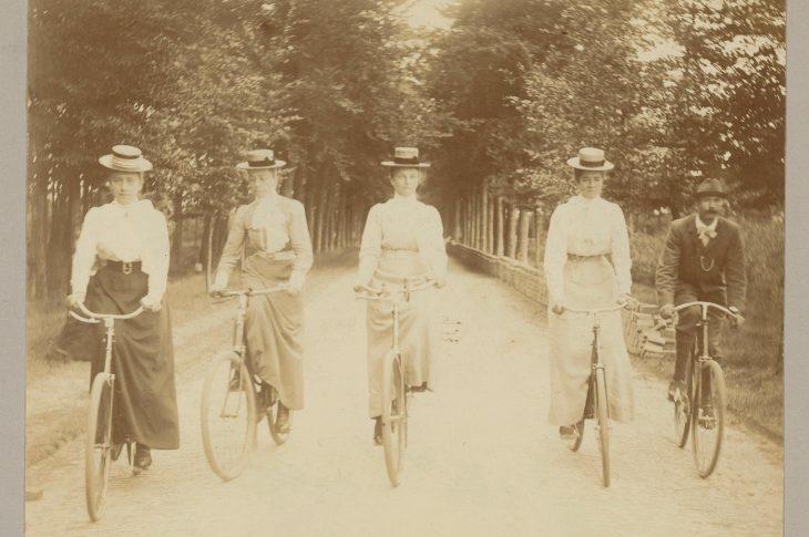 Groepsportret van een gezelschap op de fiets Cornelia Hendrika Jonker (toegeschreven aan). 1880-1920.