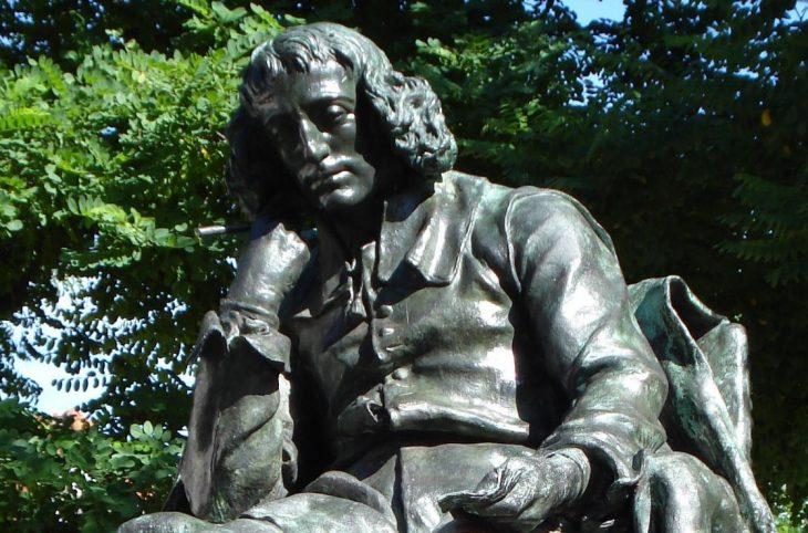 foto - Spinoza Standbeeld Den Haag_bovenkant