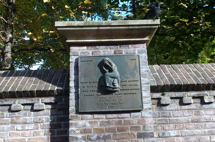 rachel weent replica rabbijn Maarsenplein foro Corien Glaudemans